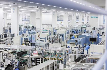 Pracoviště digitální továrny Siemensu vněmeckém Ambergu. Zdroj: Siemens AG