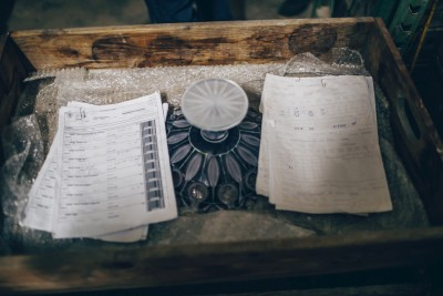 Mísa s průvodkami – nalevo moderní průvodky s čárovými kódy, napravo původní, do kterých se psalo rukou