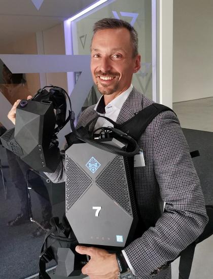Pavel Sovička z Panattoni Europe s VR Backpack PC a VR brýlemi