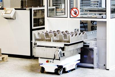Obr. 1: Nemocnice v jižním Dánsku využívá autonomní mobilní roboty pro přepravu krevních vzorků – personál ovládá robota s pomocí chytrých telefonů a po převzetí dodávky jej posílá za dalším úkolem