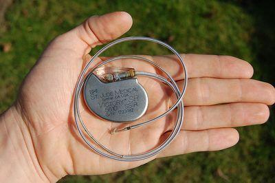 Kardiostimulátor (autor Steven Fruitsmaak)