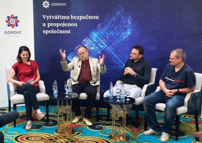 Obr. 1: Do diskuze se zapojil bezpečnostní konzultant společnosti Gordic Jan Dienstbier (třetí zprava), Marko Antič za Colonnade Insurance (druhý zprava) a etický hacker za společnost Cyber Rangers Daniel Hejda (zprava)
